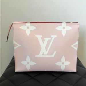 louis vuitton monogram giant toiletry pouch